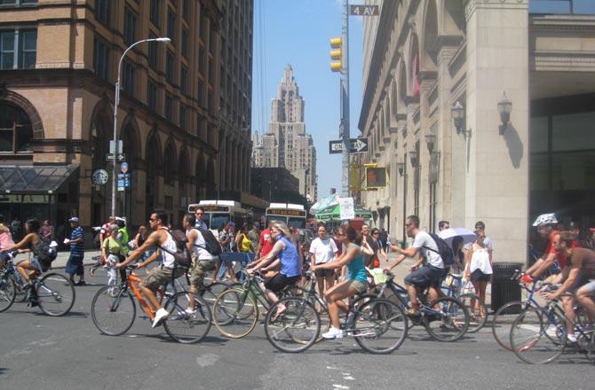 Miles de ciclistas celebran en el 'Summer Streets' en la Cuarta Avenida y la calle Ocho de Manhattan.| C. Fresneda